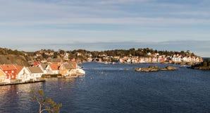 Gjeving i Tvedestrand, Norge - Januari 30, 2018: Den lilla byn av Gjeving i Tvedestrand, längs den sydliga kusten royaltyfri bild