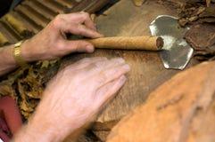 gjord cigarrhand - Arkivfoton