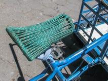 Gjord cykelsadel med rep Royaltyfri Bild