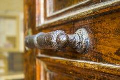 Gjord gammal hand för dörrhandtag - royaltyfri bild
