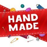 Gjord hand för banerdesignmall - Den röda typen med dekoren av sömnadattributen Ram av knappar, sax stock illustrationer