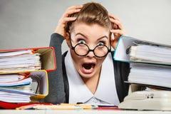 Gjord panikslagen sekreterare på skrivbordet Arkivfoto