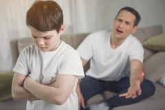 Gjord rosenrasande fader som skriker på den missbrukade ungen royaltyfri fotografi