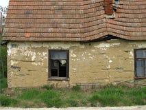 Gjorda gamla övergav hus?? av gyttja Arkivfoto