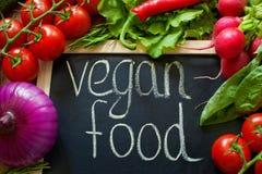 Gjorda grönsaker uttrycker organiskt Organiska grönsaker som göras av ord svarta morotgrönsaker för bakgrund Ord som är organiskt arkivbilder