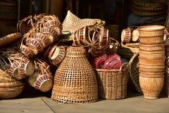 Gjorda korgar shoppar Traditionell thailändsk vävd sugrörtextur Arkivbild
