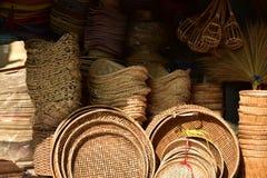 Gjorda korgar shoppar Traditionell thailändsk vävd sugrörtextur Royaltyfri Bild