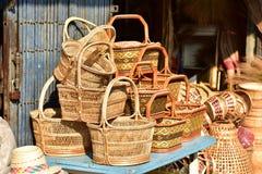 Gjorda korgar shoppar Traditionell thailändsk vävd sugrörtextur Fotografering för Bildbyråer