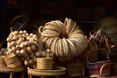 Gjorda korgar shoppar Traditionell thailändsk vävd sugrörtextur Arkivfoto