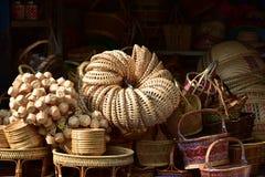 Gjorda korgar shoppar Traditionell thailändsk vävd sugrörtextur Royaltyfria Bilder