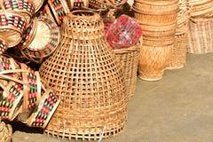 Gjorda korgar shoppar Traditionell thailändsk vävd sugrörtextur Royaltyfri Foto
