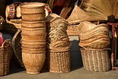 Gjorda korgar shoppar Traditionell thailändsk vävd sugrörtextur Arkivbilder