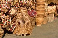 Gjorda korgar shoppar Traditionell thailändsk vävd sugrörtextur Royaltyfria Foton
