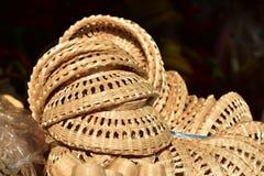 Gjorda korgar shoppar Traditionell thailändsk vävd sugrörtextur Arkivfoton