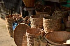 Gjorda korgar shoppar Traditionell thailändsk vävd sugrörtextur Royaltyfri Fotografi