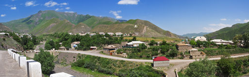13 gjorde byn för bergpanoramafoto Royaltyfri Fotografi