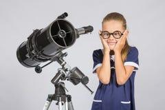 Gjorde roliga exponeringsglas för ung astronom en framsida Royaltyfria Bilder