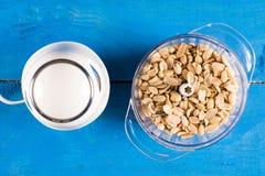 Gjorde vit jordnötter i blandaren i lekmanna- ovannämnda blåa trälodisar för lägenhet Arkivbild