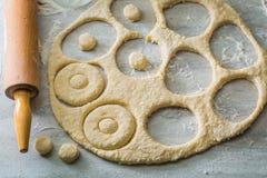 Gjort av nya ingredienser smaskiga och hemlagade donuts Arkivbilder