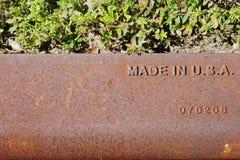Gjort i USA etiketten, rostig bakgrund Stålkonstruktion arkivfoto