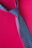 Gjort randig band för klassiker blått på röd bakgrund Arkivfoto