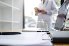 Gjort suddig av doktorn som kontrollerar formstund för tålmodig historia, tänk om att finna en bot för en diagnos, behandlingsmet royaltyfri fotografi