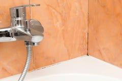 Gjuta i hörnen av badrummet under tätningsmedlet royaltyfria foton