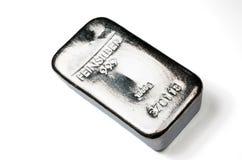 Gjuta silverguldtacka som väger 1 kg som isolerades på vit bakgrund Royaltyfri Fotografi
