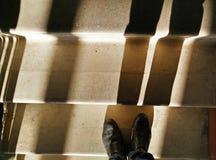 Gjuta skugga på ett flyg av trappa på en låg sol Fotografering för Bildbyråer