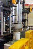 Gjuten plast- maskin i processen av tillverkning produkten royaltyfri bild