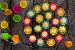 Gjuter mini- muffin för hemlagad citron i silikoner att vila på metall r Royaltyfri Bild