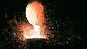 Gjuteribransch Smältt metall i slev på den metallurgical växten lager videofilmer