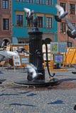 Gjutjärnhandboken hand-drev vattenpumpen för att dricka på den europeiska gamla stadfyrkanten Arkivbild