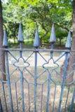 Gjutjärnstaket i en parkera Royaltyfri Bild