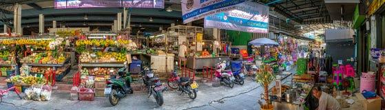 GKOK, TAILANDIA - 6 DE FEBRERO: Los comerciantes locales de la comida fresca dirigen negocio como de costumbre en el mercado de K foto de archivo libre de regalías