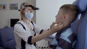 Glándulas del control del doctor del niño pequeño almacen de video