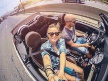 Glückliche Paare im Auto stockfotos