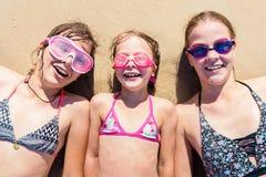 Glückliche Schwestern, die Spaß auf dem Strand haben Sommerferien und Reisekonzept lizenzfreie stockfotografie