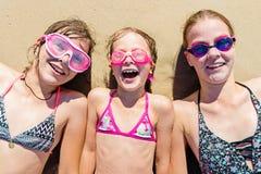 Glückliche Schwestern, die Spaß auf dem Strand haben Sommerferien und Reisekonzept stockfoto