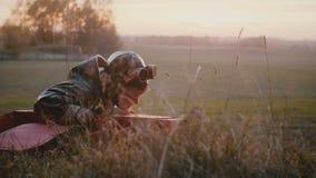 Glücklicher ernster Versuchsjunge, der in Spaßflugzeugkostüm, Landung und auf das Sonnenuntergangherbstfeld hinausgehen hat Spaßz stock video footage