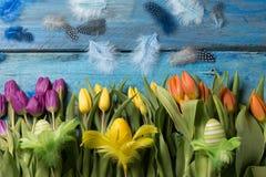 Glücklicher Ostern-Hintergrund mit gelben Tulpen stockfoto