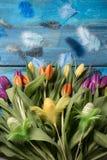 Glücklicher Ostern-Hintergrund mit gelben Tulpen stockbild
