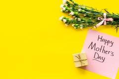 Glückliches Mutter ` s Tageskonzept Handbeschriftung nahe Blumenstrauß der rosa Gartennelke und der Geschenkbox auf Draufsicht de stockbilder
