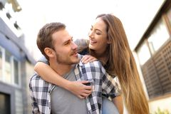 Glückliches Paar oder Freunde scherzen in der Straße stockbilder