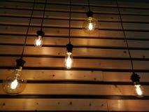Glühlampen über hölzernen Latten lizenzfreies stockbild