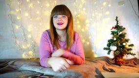 Glädja upp flickavisningtummar lager videofilmer