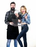 Glädje av grillfeststil av matlagning Nätt kvinna och skäggig man som rymmer att laga mat spisgallret Lyckliga par genom att anvä royaltyfri foto