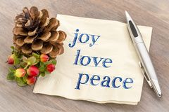Glädje förälskelse, fredtext på servett arkivfoto