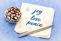 Glädje förälskelse, fredtext på servett arkivfoton