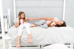 Glädje och lycka Lurar flickasysterbästa vän mycket av energi i gladlynt lynne Begrepp för bra morgon Barn fotografering för bildbyråer
